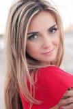 Piękna młoda dziewczyna, czerwieni suknia obrazy stock