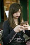 Piękna młoda dziewczyna i mądrze phome Fotografia Stock