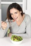 Piękna młoda dziewczyna je zdrowego jedzenie zdjęcie stock