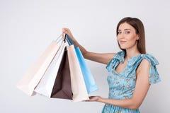 Piękna młoda dziewczyna jest iść robić zakupy dla zabawy Zdjęcie Royalty Free
