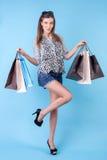 Piękna młoda dziewczyna jest szczycić się jej zakupy Obrazy Royalty Free