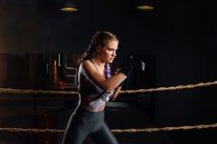 Piękna młoda dziewczyna jest treningiem w loft gym, tło arkany konkurencyjny pierścionek Obraz Stock