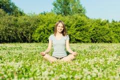 Piękna młoda dziewczyna medytuje w jesień parku Obraz Royalty Free