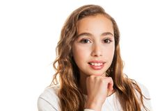 Piękna młoda dziewczyna myśleć pomysł odizolowywającego lub ma obraz stock