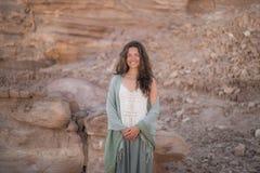 Piękna młoda dziewczyna ono uśmiecha się w pustyni Obrazy Royalty Free