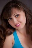 Piękna młoda dziewczyna ono Uśmiecha się Z Długie Włosy Zdjęcia Royalty Free