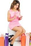 Piękna młoda dziewczyna otwiera jej prezent urodzinowego odizolowywającego na wh Fotografia Stock