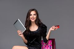 Piękna młoda dziewczyna płaci kredytową kartą dla Zdjęcie Stock