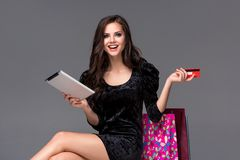 Piękna młoda dziewczyna płaci kredytową kartą dla Obraz Royalty Free