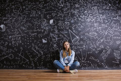 Piękna młoda dziewczyna przed blackboard Zdjęcia Royalty Free