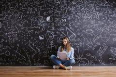 Piękna młoda dziewczyna przed blackboard Obrazy Royalty Free