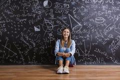 Piękna młoda dziewczyna przed blackboard Zdjęcie Stock