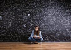Piękna młoda dziewczyna przed blackboard Fotografia Royalty Free