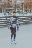 Piękna młoda dziewczyna przy lodowiskiem w zimie, jazda na łyżwach, zdjęcia royalty free