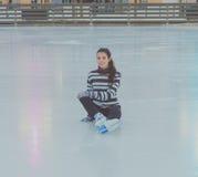 Piękna młoda dziewczyna przy lodowiskiem w zimie, jazda na łyżwach, czarny i biały zdjęcie royalty free