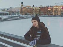 Piękna młoda dziewczyna przy lodowiskiem w zimie, lód zdjęcia stock