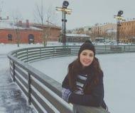 Piękna młoda dziewczyna przy lodowiskiem w zimie, lód fotografia royalty free