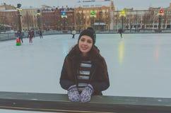 Piękna młoda dziewczyna przy lodowiskiem w zimie, lód zdjęcie stock