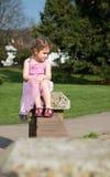 Piękna młoda dziewczyna przyglądająca przy parkiem out zdjęcia royalty free