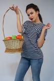 Piękna młoda dziewczyna trzyma jabłka Zdjęcie Royalty Free