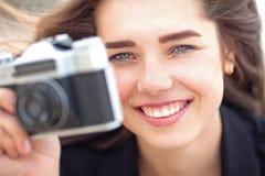 Piękna młoda dziewczyna trzyma starą ekranową kamerę Zdjęcia Royalty Free