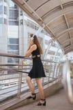 Piękna młoda dziewczyna używa hełmofony słucha muzyczny i patrzeje coś fotografia stock