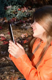 Piękna młoda dziewczyna używa jej pastylkę Zdjęcia Royalty Free