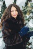 Piękna młoda dziewczyna w śnieżnym lesie Fotografia Royalty Free