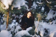 Piękna młoda dziewczyna w śnieżnym lesie obrazy royalty free
