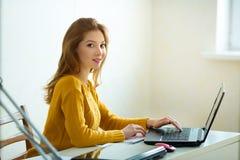 Piękna młoda dziewczyna w żółtym czerwień włosy i pulowerze zdjęcia royalty free