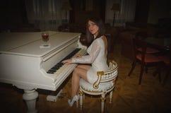 Piękna młoda dziewczyna w białej sukni z szkłem wino, obrazy stock