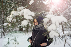 Piękna młoda dziewczyna w białym zima lesie Obraz Royalty Free