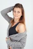 Piękna młoda dziewczyna w ciepłym trykotowym pulowerze obrazy stock