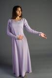 Piękna młoda dziewczyna w dziejowej sukni Zdjęcia Royalty Free