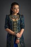 Piękna młoda dziewczyna w dziejowej sukni Obrazy Royalty Free