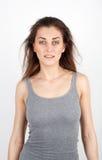Piękna młoda dziewczyna w koszulce z uśmiechem fotografia royalty free