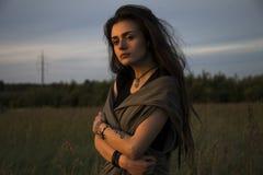 Piękna młoda dziewczyna w kurtka łgarskim puszku na trawie zdjęcia stock