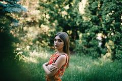 Piękna młoda dziewczyna w lato czerwieni sukni w parku Obraz Stock