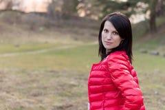 Piękna młoda dziewczyna w lesie w czerwonej kurtce fotografia royalty free