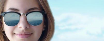 Piękna młoda dziewczyna w okularach przeciwsłonecznych zdjęcie royalty free