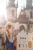 Piękna młoda dziewczyna w Praga spojrzeniach przy miasto mapą Obraz Royalty Free