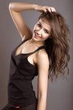 Piękna młoda dziewczyna w sportach projektuje z luźnym włosy Obraz Stock