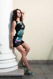 Piękna młoda dziewczyna w sukni nad miastowym Zdjęcia Royalty Free