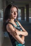 Piękna młoda dziewczyna w sukni w miasteczku Fotografia Stock