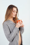 Piękna młoda dziewczyna w trykotowym pulowerze fotografia royalty free