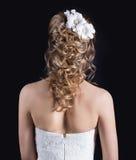 Piękna młoda dziewczyna w wizerunku panna młoda, piękna ślubna fryzura z kwiatami w jej włosy, fryzura dla panny młodej Fotografia Royalty Free
