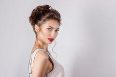 Piękna młoda dziewczyna w wizerunku panna młoda, piękna ślubna fryzura z kwiatami w jej włosy, fryzura dla panny młodej Zdjęcie Royalty Free