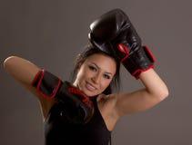 Piękna młoda dziewczyna z bokserskimi rękawiczkami Zdjęcia Royalty Free