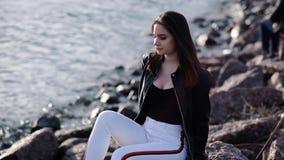 Piękna młoda dziewczyna z ciemnym włosy przy nadmorski Zmierzchu ?wiat?o swobodny ruch zdjęcie wideo