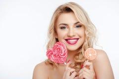 Piękna młoda dziewczyna z cukierków barwionymi cukierkami zdjęcie stock